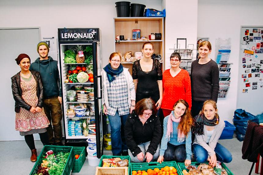 Ein Teil des Foodsharing Teams vor einem Fairteiler