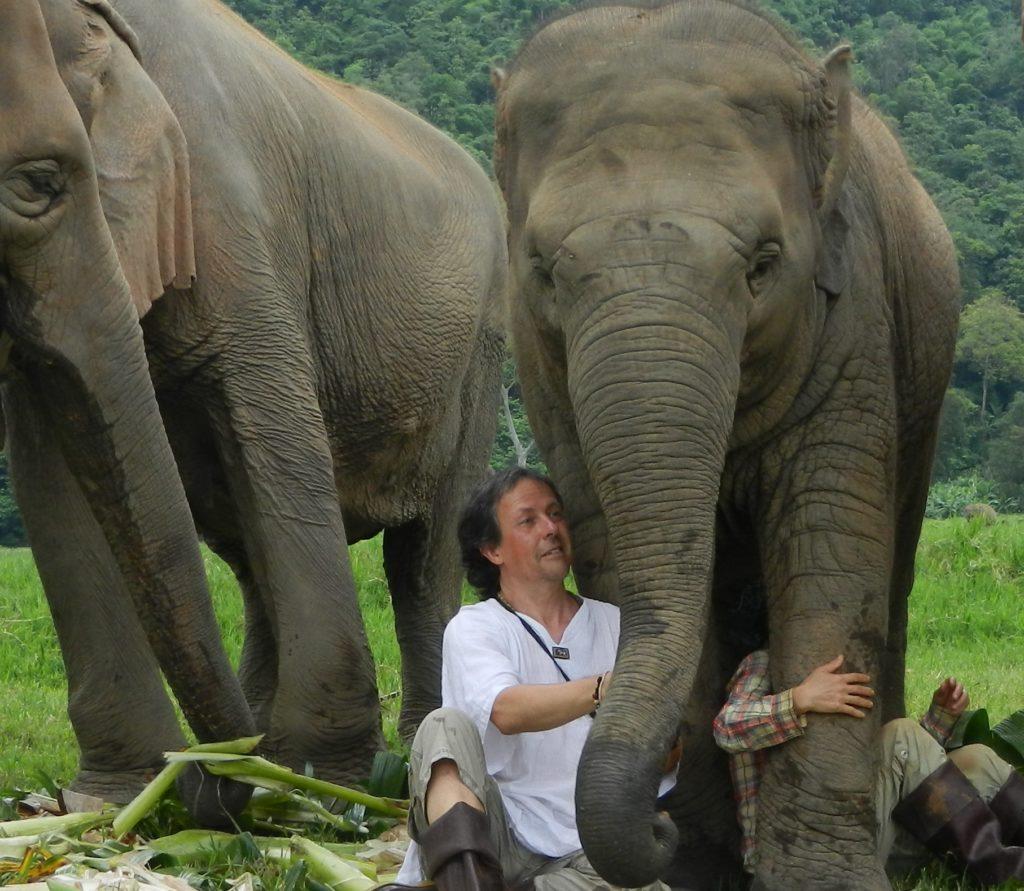 """Klaus Berger lebt hier das Projekt """"Forests, Elephants and People"""" vor."""