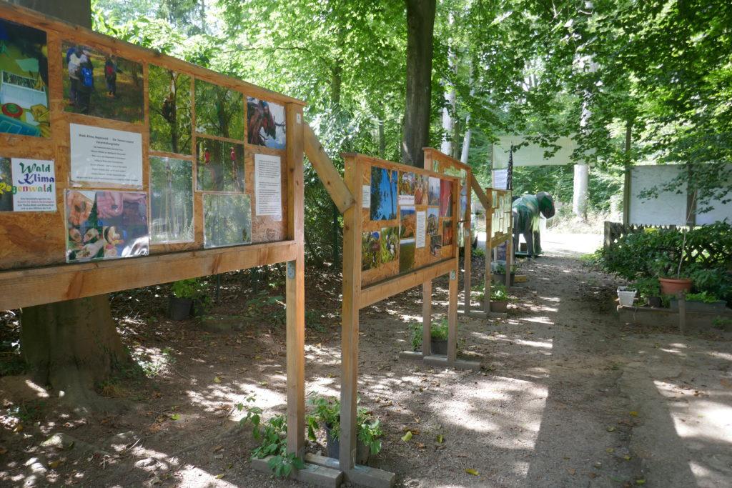 Die Fotogalerie im Eingangsbereich des Zentrums für globale Nachhaltigkeit in Darmstadt.