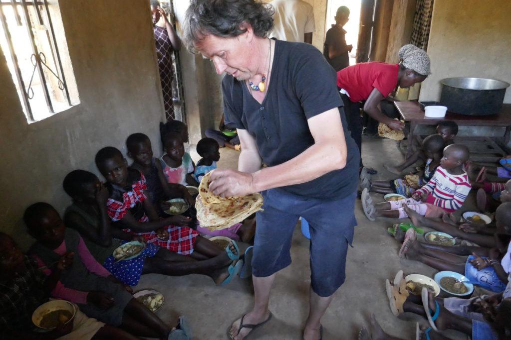 Klaus Berger und eine Gruppe von Kindern in ihrem Dorfprojekt in Westkenia.