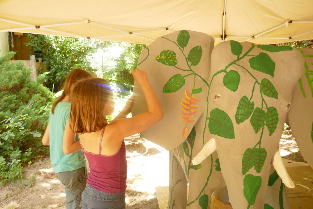 Die Kinder basteln im Zentrum für globale Nachhaltigkeit in Darmstadt einen eigenen Regenwald-Elefanten.