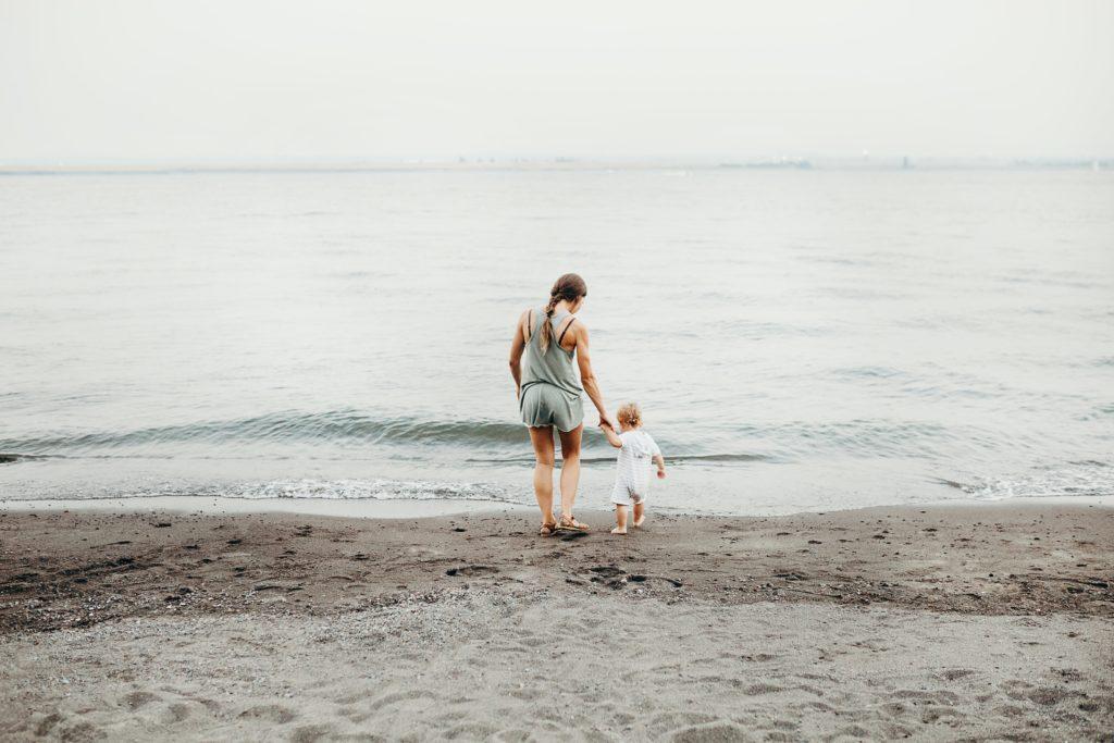 Mamamit Baby am Strand